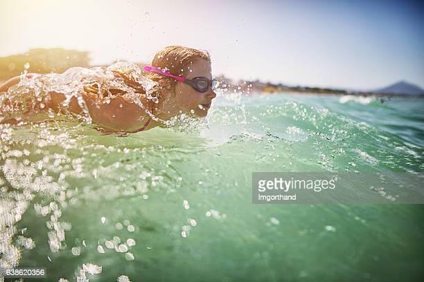 Kleines Mädchen Schwimmen im Meer