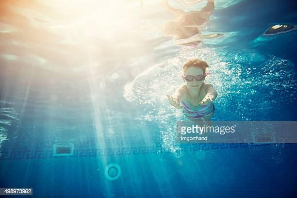 Petite fille nager sous l'eau