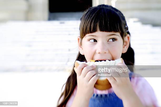 Petite fille à manger des Sandwich, Portrait