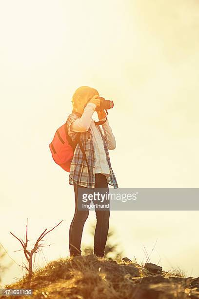 Rapariga tirar fotos da vista