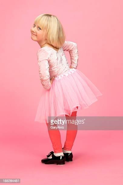 Petite fille danseuse pression avec coy expression, Regarder par-dessus l'épaule