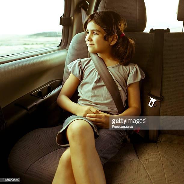Niña de viaje en automóvil