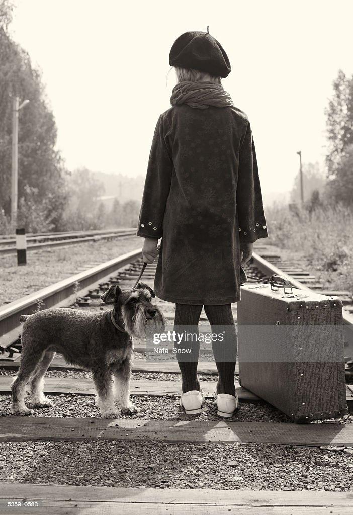 Niña que viaja con su perro. La antigua galería Europea. : Foto de stock