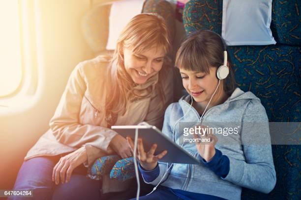 Kleines Mädchen Reisen auf Zug mit Mutter