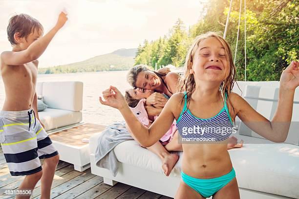 Petite fille essayant de rester zen en famille goofing environs.