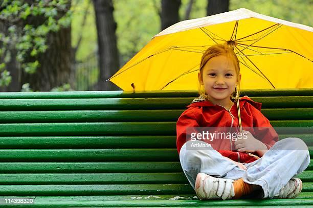 Bambina sotto l'ombrello