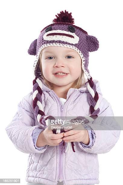 Bambina indossa un berretto invernale e rivestimento