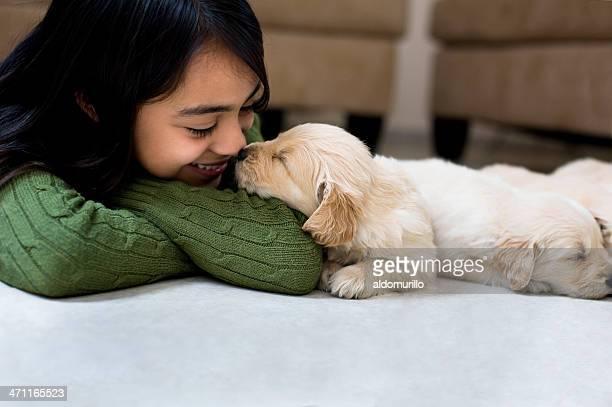 Rapariga de Pentecostes um cachorrinho
