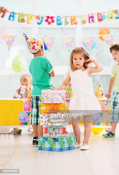 Petite fille avec anniversaire présente.