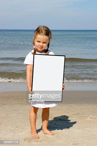 少女空のボードとビーチで