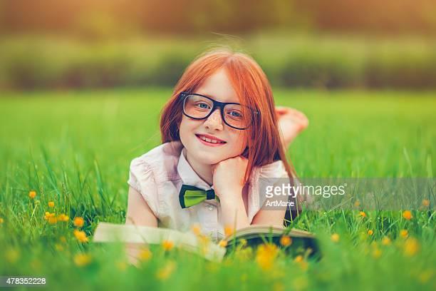 Petite fille avec un livre
