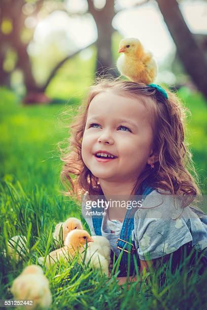 Wenig Mädchen mit Hühnchen