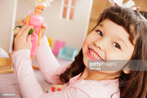 Kleines Mädchen mit Puppenhaus