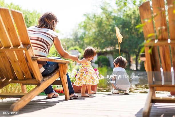 Petite fille avec la mère et son frère