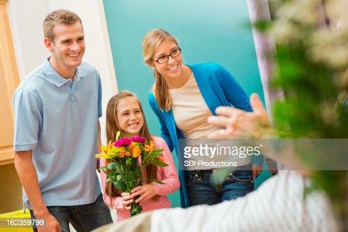 小さな女の子、ご両親にもおおいの祖父の病院