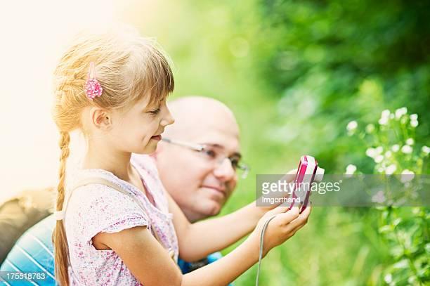 Petite fille avec rose caméra