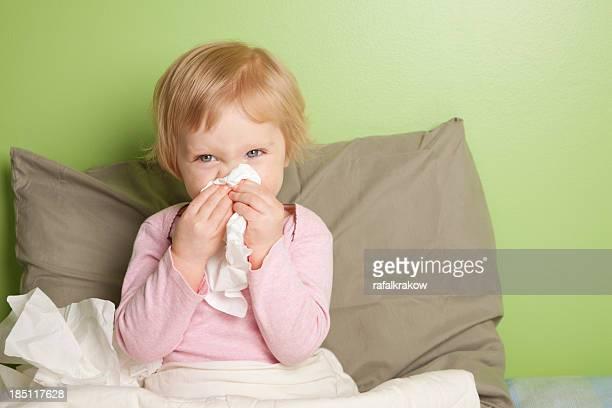 Petite fille avec des nez runny