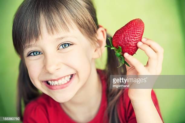 Petite fille aux fraises