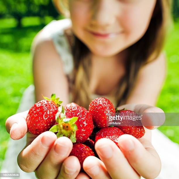 Bambina con strawberry