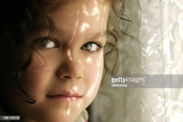 少女、太陽から顔を覆うレースのカーテン