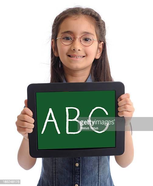 Bambina con tablet pc