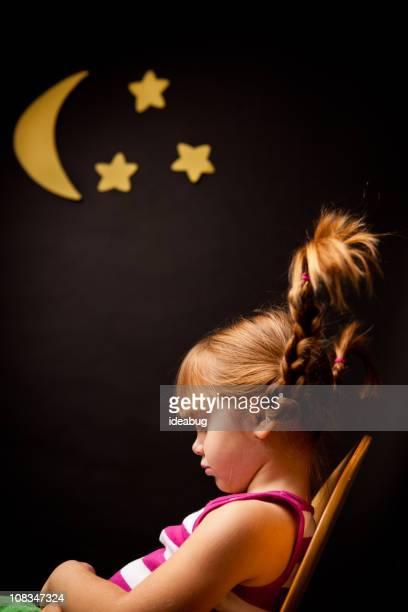 Bambina con alto trecce, dormendo sotto luna e delle stelle