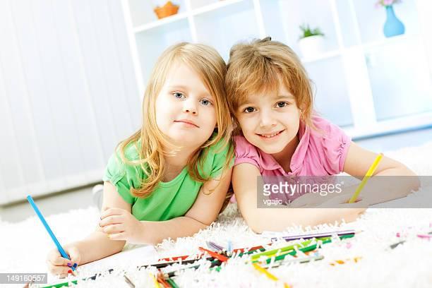 Kleines Mädchen zeichnen und Malbuch