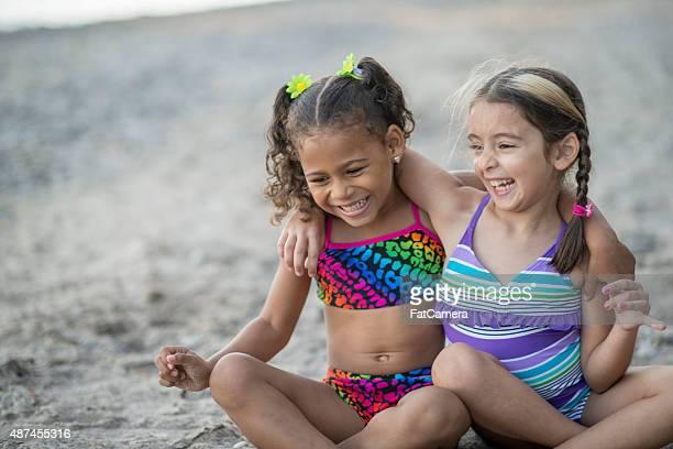 Mädchen geneigten Köpfen kichern zusammen