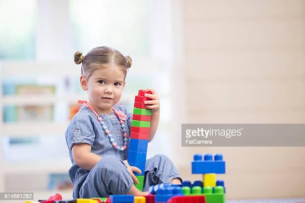Kleine Mädchen spielen von selbst gerne