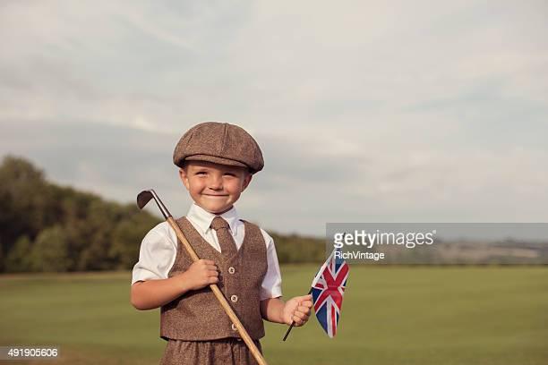 Piccolo ragazzo giocando a golf in stile Vintage con bandiera inglese