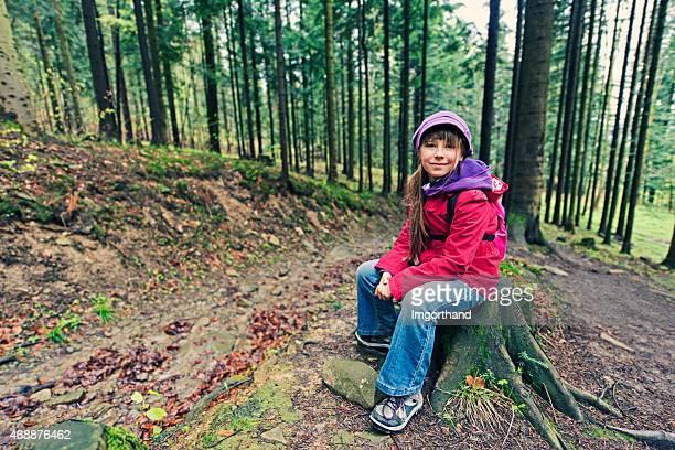 Petite randonnée se reposer sur la souche d'arbre