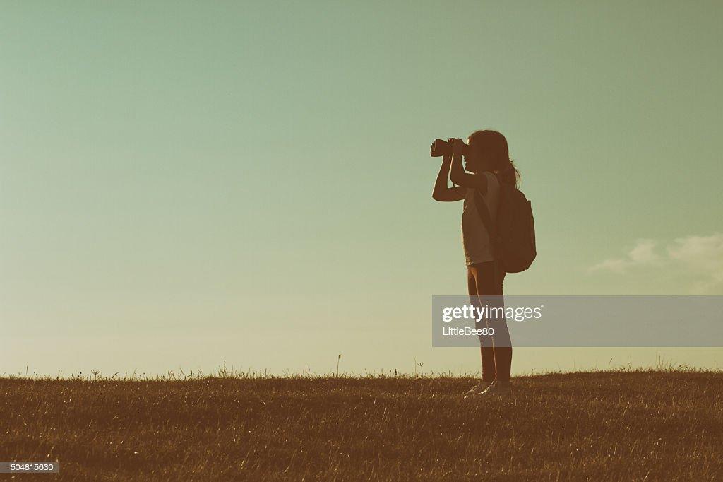 Paar wanderer mit fernglas stock foto thinkstock