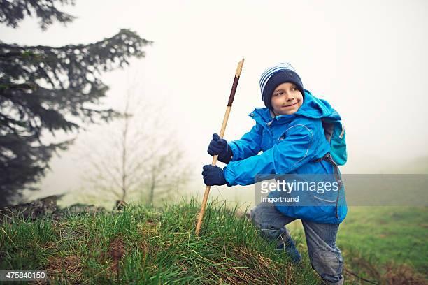 Jeunes randonneurs d'escalade une petite colline