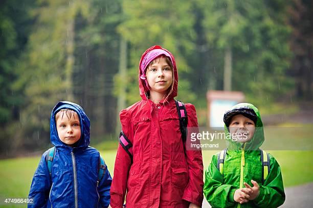 Jeunes randonneurs à la pluie