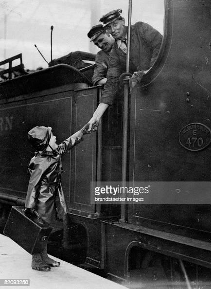 Little holiday maker in a rainsuite at the London Waterloo Station Photograph 4 1930 [Ein kleiner Urlauber in Regenkleidung am Londoner Bahnhof...