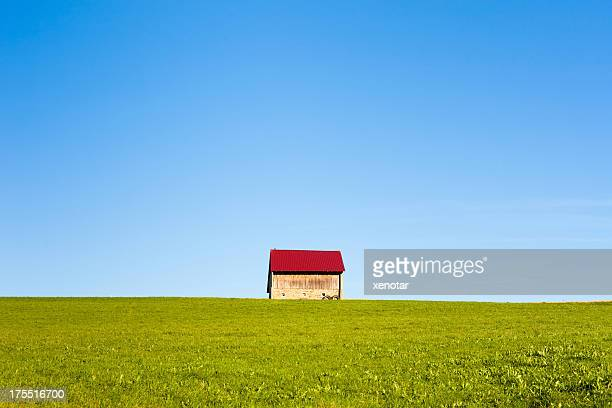 Kleines Haus in grass field