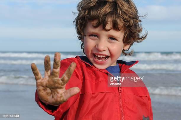 Kleines Kind spielen mit sand am Strand