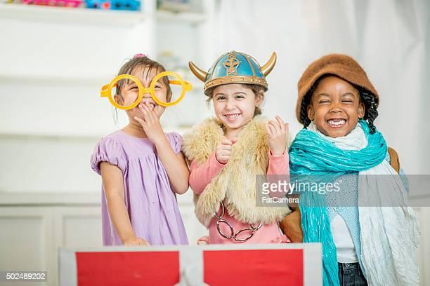 Kleine Kinder spielen gemeinsam Kleid