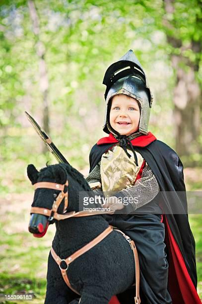 Little knight Reiten durch den Wald