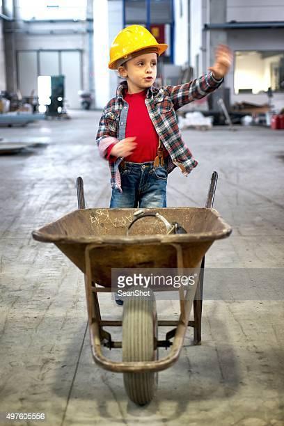 小さな労働者に手押し車のためのジェスチャー