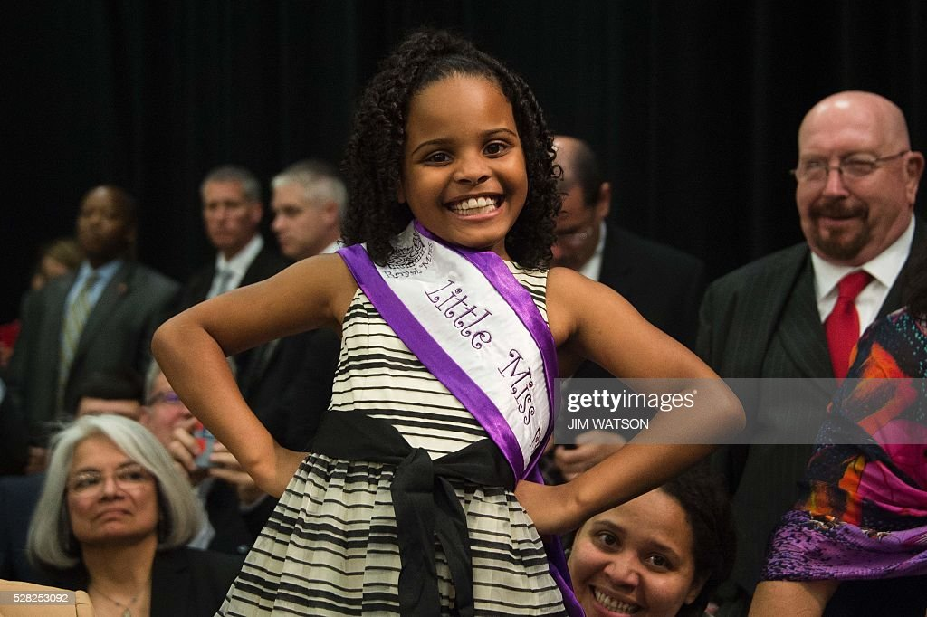 'Little Miss Flint' Mari Copeny, 8, poses during an event at Northwestern High School in Flint, Michigan, May 4, 2016, where US President Barack Obama met with locals for a neighborhood roundtable on the drinking water crisis. Copeny wrote to the president before she traveling 12 hours by bus with more than 200 Flint residents to a congressional hearing on the city's water crisis. / AFP / Jim Watson