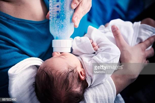 Piccolo bambino bere latte piuttosto