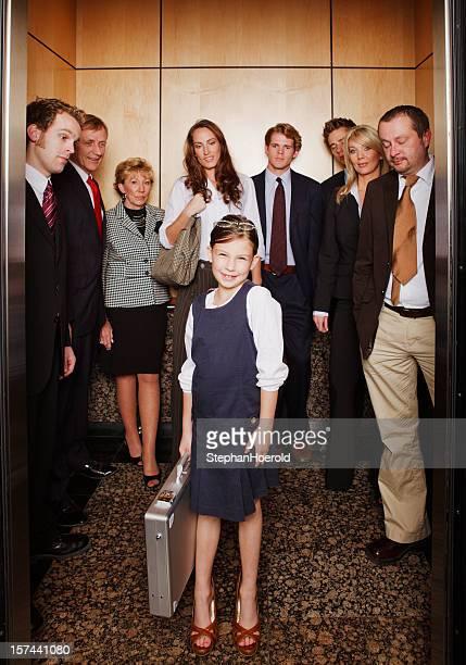 小さな女の子して電力を出るたエレベーター、