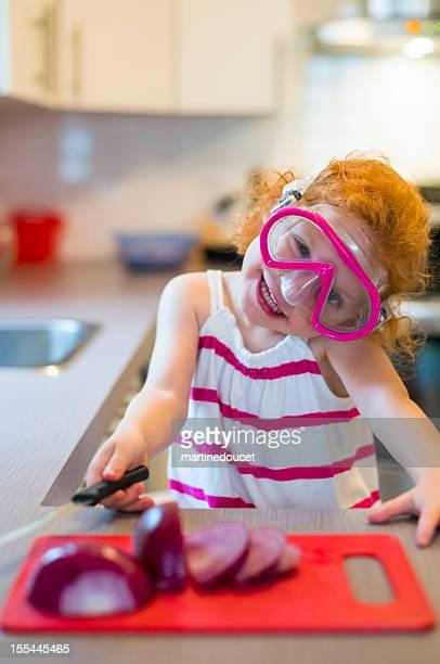 Little redhead portant un masque de bain à la coupe oignons.