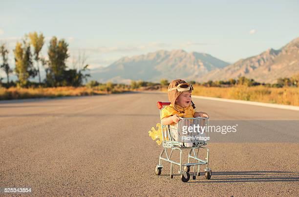 Petit bébé garçon assis dans un panier d'achats