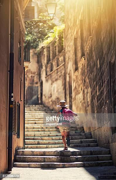 Little tourist Mädchen, die mediterranen Stadt.