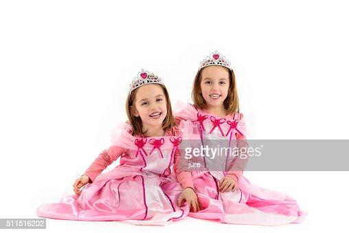 Petites filles avec lits jumeaux sont parés de princesse rose : Photo