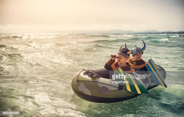 Weinig Vikingen op een boot op zoek naar iemand naar raid