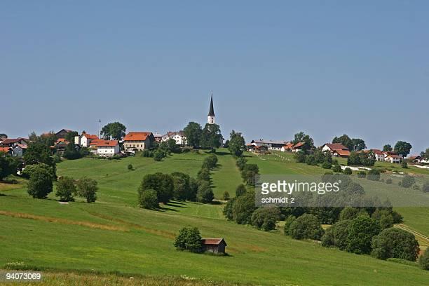 Kleines Dorf auf einem Hügel