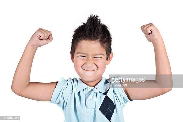 Pequeno rapaz jovem, dobrando seus braços e Caretas